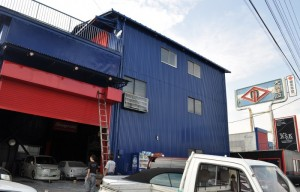 工場はブルーになってしまいましたが シャッターは、レッドです・・・         ⇒